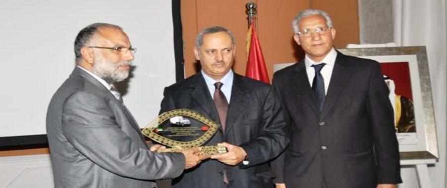 سعيد الظاهري سفير الإمارات لدى المملكة المغربية يتسلم درع التكريم نيابة