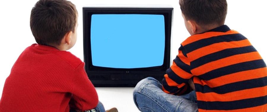 الجلوس لأكثر من ساعتين أمام التلفاز .. إدمان يضر بصحة الأطفال