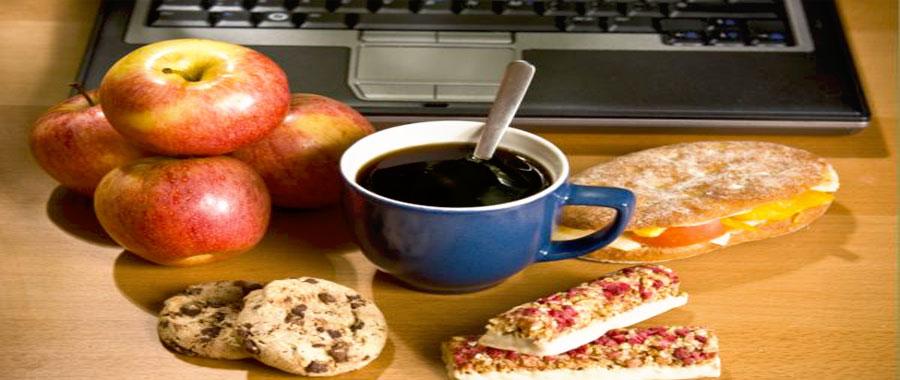 تناول الغداء على المكتب في العمل