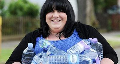 بريطانية مدمنة على شرب المياه