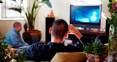 دراسة: الجلوس طويلا والتفرج على التلفاز يُقلل من متوسط العمر