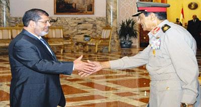 """الرئيس المصري يلغي """"الإعلان الدستوري"""" ويقيل الجنرال طنطاوي"""