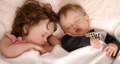 اضطرابات نوم الأطفال تنعكس سلبا على الآباء