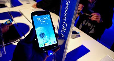 """سامسونغ تتوعد بطرح هاتفها الجديد """"غالكسي أس4""""  المنافس  للـ""""أي فون 5"""""""