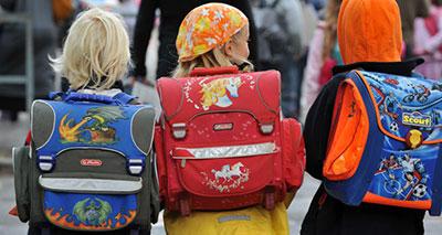 خطورة الحقيبة المدرسية الثقيلة الوزن على صحة الأطفال