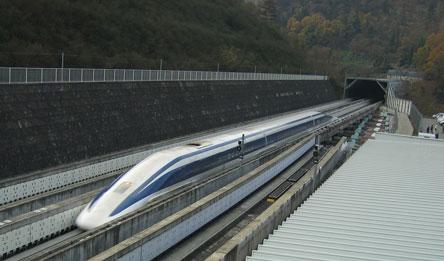 الصين تنتج قطارات هجينة فائقة السرعة