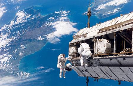 علماء يابانيون يصممون حبلاً لتنظيف الفضاء من بقايا الأقمار الصناعية