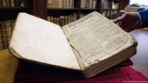 اكتشاف نسخة نادرة من أعمال شكسبير في مكتبة فرنسية