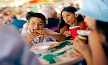 دراسة: الوجبات السريعة قد تؤدي إلى تراجع النتائج الدراسية للأطفال