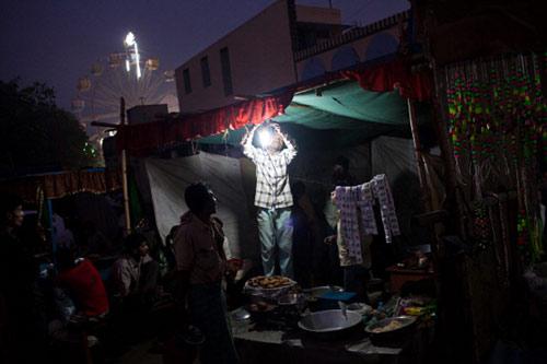 بطاريات الكومبيوتر لإضاءة أحياء الهند الفقيرة
