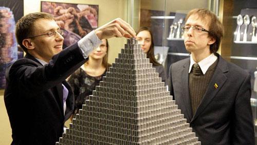 بناء هرم وزنه 831 كيلو من العملات المعدنية في ليتوانيا