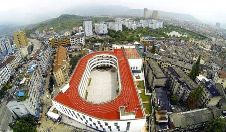 مضمار للسباق على سطح مدرسة بالصين