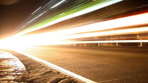 اختراق علمي جديد: العلماء يتمكنون من إبطاء سرعة الضوء
