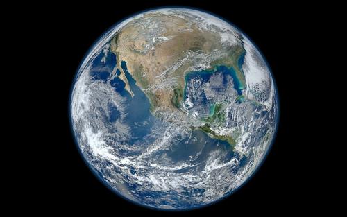Que deviendrait un objet tombant dans un trou qui traverserait la terre?