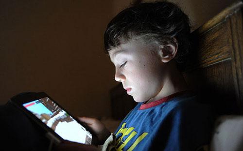 تهدئة صراخ الطفل بالأجهزة المحمولة يضر نموه العاطفي