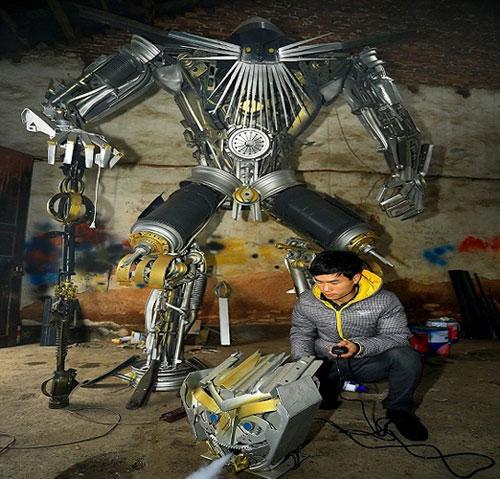 بالصور: فلاح صيني وابنه يبنيان روبوتات عملاقة