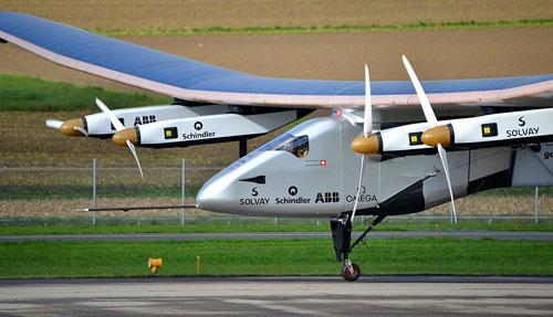 طائرة تعمل بالطاقة الشمسية تبدأ أول رحلة حول العالم من أبوظبي