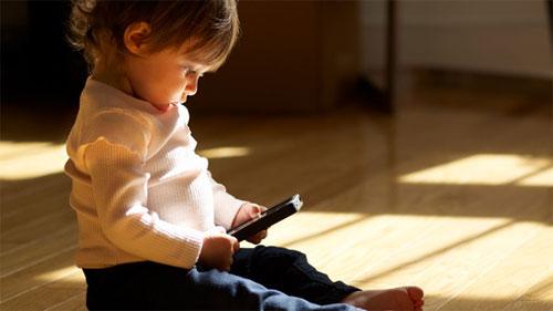 أكثر من 33٪ من الأطفال دون العام الواحد استخدموا هاتف ذكي أو تابلت