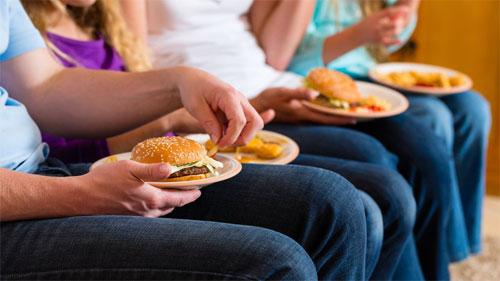 دراسة: تناول الوجبات السريعة مرة واحدة أسبوعياً قد يصيب بضغط الدم