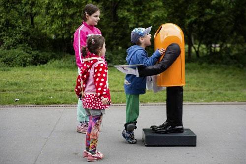 بالصور: صندوق قمامة آلي ناطق يدعو المارة لإطعامه بالمخلفات