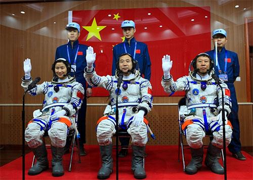 بكين تنشد هبوط مركبات مأهولة على سطح القمر بحلول 2036