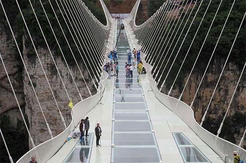 الصين تفتتح أطول وأعلي جسر زجاجي في العالم