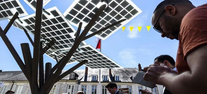 أول شجرة إلكترونية في فرنسا تمد الجوال بالطاقة الكهربائية