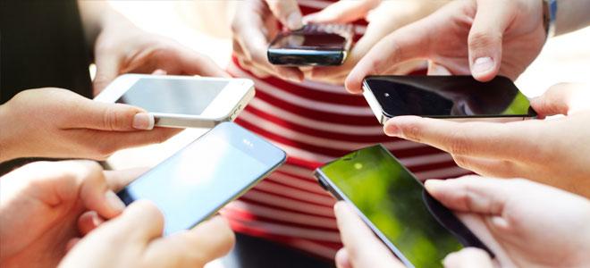 تدفعهم إلى الكذب.. كيف تؤثر الهواتف الذكية على سلوك المراهقين!