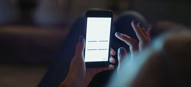 دراسة: ضوء شاشات الهواتف الذكية ليلا يؤثر في جودة النوم