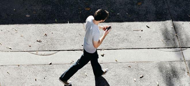 أمريكا.. ضريبة على الكتابة في الهاتف أثناء المشي