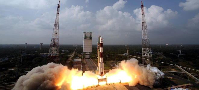 الهند تطلق صاروخا إلى الفضاء يحمل عشرات الأقمار الصناعية