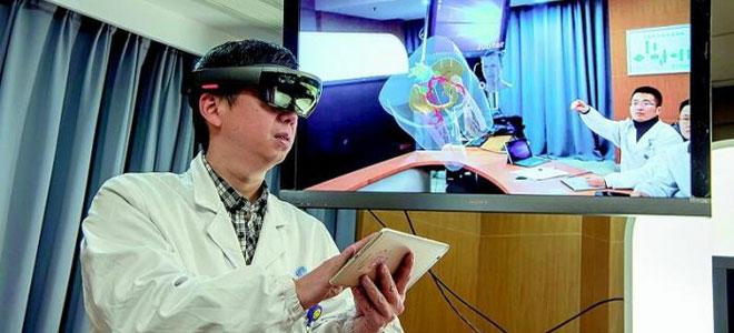 طبيب يجري عملية جراحية باستخدام الواقع الافتراضي