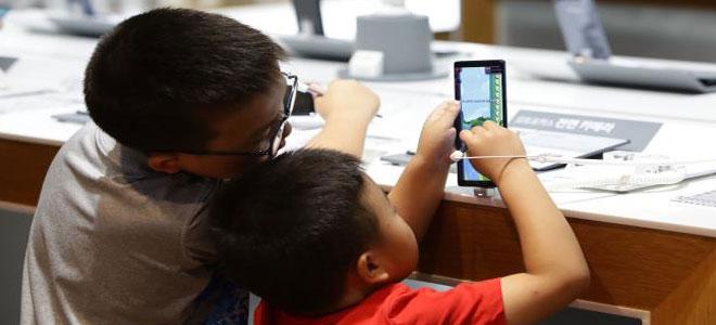 دراسة .. الهواتف الذكية تؤدي مشاكل سلوكية لدى أطفال الروض