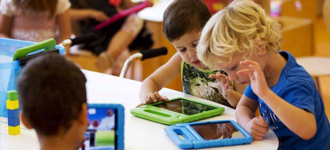 كم من الوقت على أطفالكم ان يقضوا أمام شاشات الأجهزة؟