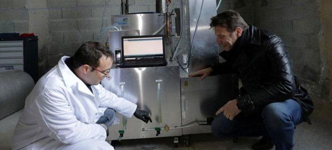فرنسي يخترع جهازاً يحول نفايات البلاستيك إلى وقود