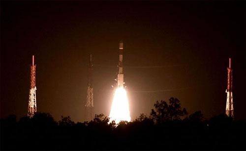الهند تنجح في وضع 5 أقمار اصطناعية مداراتها